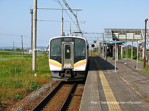 月岡駅2番線を出発するE129系電車