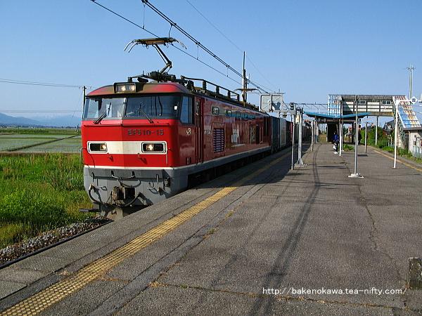 月岡駅を通過するEF510形電気機関車牽引の貨物列車