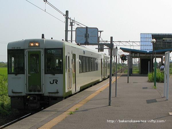 月岡駅を出発するキハ110系気動車