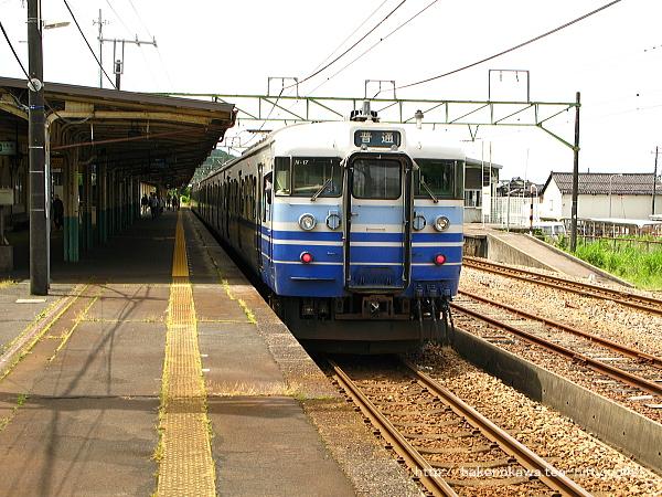 2番線に停車中の115系電車新潟行