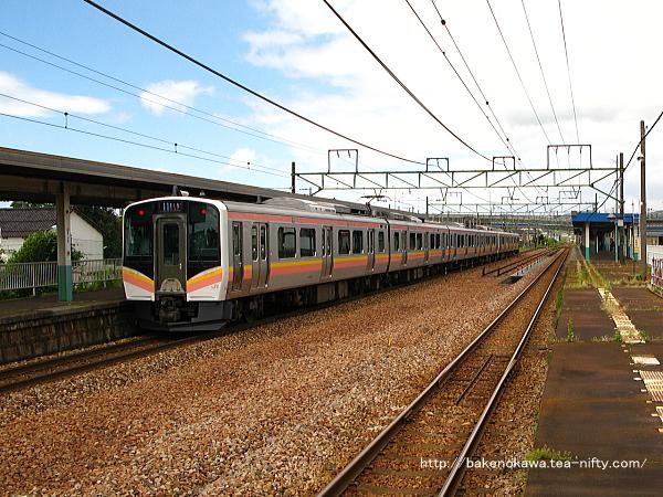 2番ホームに停車中のE129系電車6連新潟行