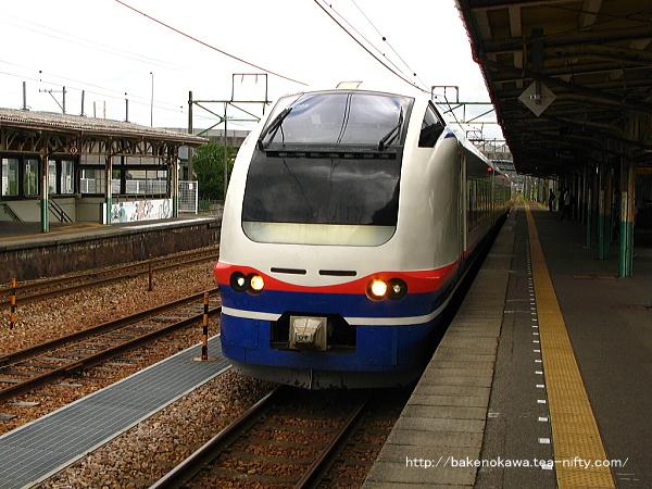 1番線に停車中のE653系電車特急「しらゆき」上越妙高行