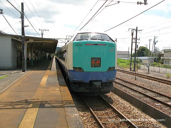 1番線に停車中の485系電車R編成の特急「北越」金沢行