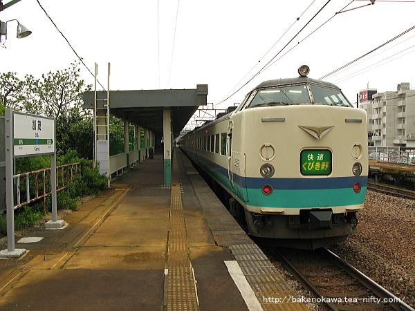 2番線に停車中の485系電車T編成の快速「くびき野」新潟行