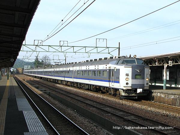 2番線に停車中の583系電車急行「きたぐに」新潟行