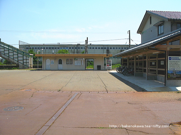 岩船町駅駅舎と駅前広場