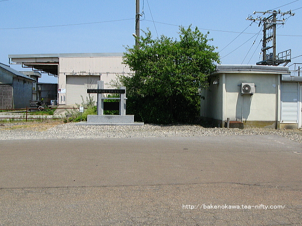 駅前広場の岩船町駅開業百周年記念碑