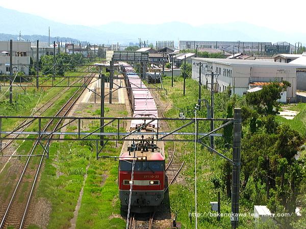 岩船町駅を通過するEF510形電気機関車牽引の下り貨物列車