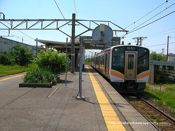 岩船町駅を出発するE129系電車その1