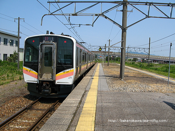 岩船町駅を出発するE129系電車その2