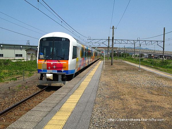 岩船町駅を通過する快速「きらきらうえつ」