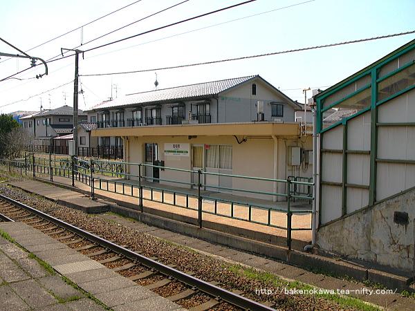 島式ホーム上から見た岩船町駅駅舎