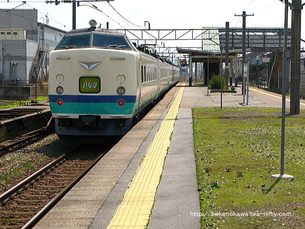 岩船町駅を通過する485系電車T編成の特急「いなほ」