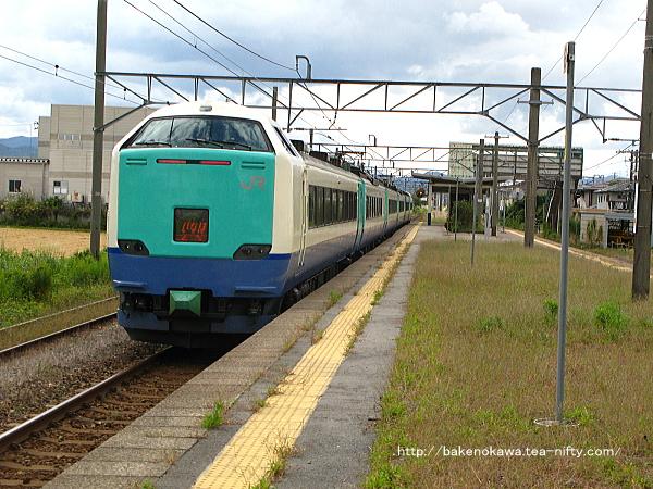 岩船町駅を通過する485系電車R編成の特急「いなほ」その2