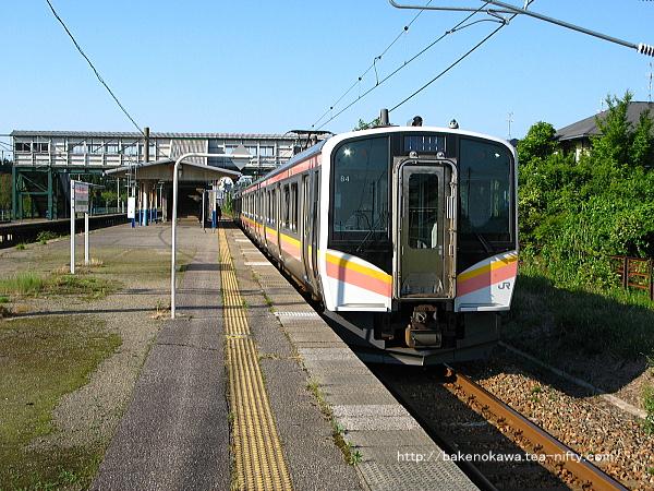 平木田駅に到着したE129系電車新潟行