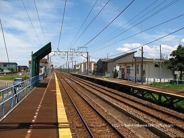2番ホームの柏崎方から見た前川駅構内