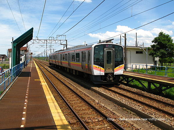 前川駅に停車中のE129系電車