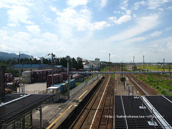 自由通路側から見た駅構内の新発田方